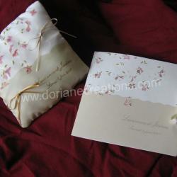 Coussin pour alliances en soie motif fleurs roses pâles