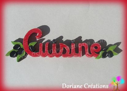 Lettres bois mot cuisine avec olives