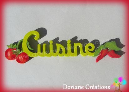 Lettres bois mot cuisine avec tomates et piments
