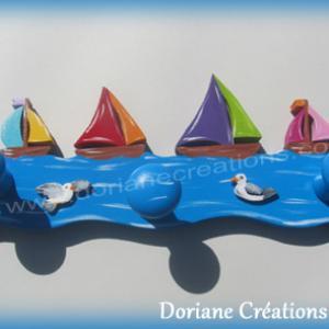 Porte manteau bois avec bateaux multicolores
