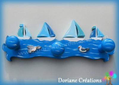 04 Porte manteau en bois avec bateaux