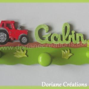 Portemanteau bois avec prenom gabin et tracteur rouge