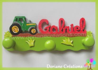 Portemanteau bois avec prenom gabriel et tracteur rouge