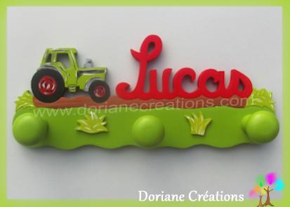 Portemanteau bois avec prenom lucas et tracteur vert