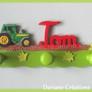Portemanteau bois avec prenom tom et tracteur rouge