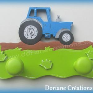 Portemanteau bois avec tracteur bleu