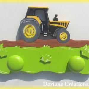 Portemanteau bois avec tracteur noir et jaune