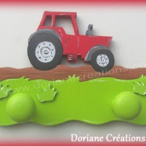 Portemanteau bois avec tracteur rouge
